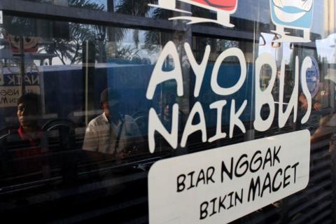 Ilustrasi: Penumpang memasuki ruang dalam bus Transjabodetabek