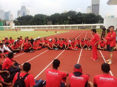 Atlet atletik Pelatnas mendengar pengarahan dari Ketua Umum PB