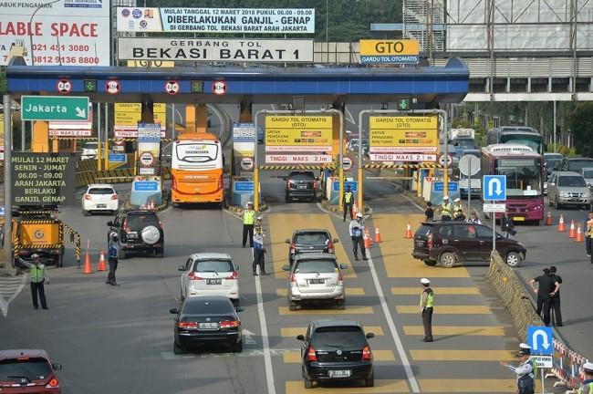 Sistem Ganjil Genap di Pintu Tol Bekasi Barat-Timur Mulai Berlaku -- Foto: Antara/ Widodo S. Jusuf