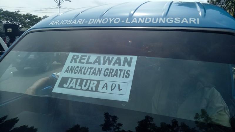 Sejumlah sopir angkot se Malang Raya melakukan aksi damai di halaman Stasiun Kota Baru Malang, Rabu 14 Maret 2018.