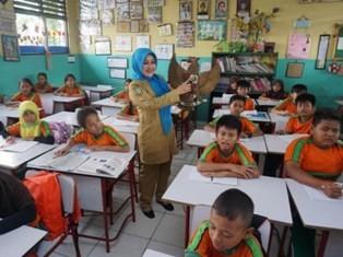 Ilustrasi, guru tengah mengajar makna Pancasila. (Foto: