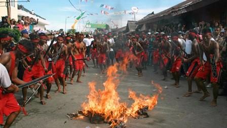 Sejumlah penari pria membawakan Tarian Cakalele khas Maluku. Foto: ANT/ Jimmy Ayal