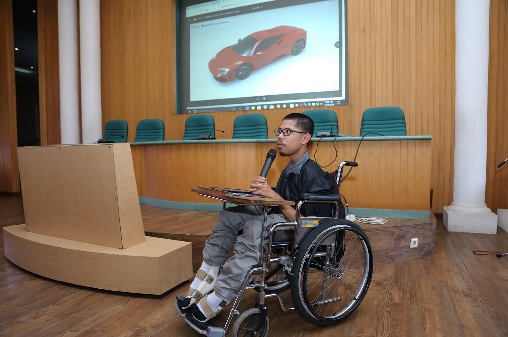 Muhammad Fahmi Husein, mahasiswa UGM, berkebutuhan khusus yang menerima penghargaan desain mobil listrik, dok: humas UGM