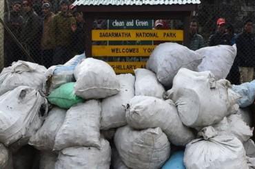 Sampah Seberat 100 Ton Diangkut dari Gunung Everest