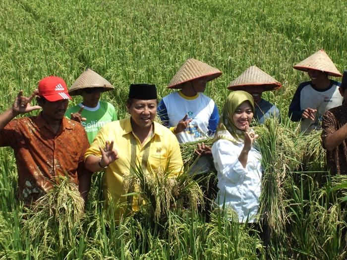 Pasangan calon Gubernur dan Wakil Gubernur Lampung periode 2019-2024 nomor urut 3, Arinal-Nunik bersama para petani desa Rama Puja, Raman Utara, Lampung Timur. Foto: Istimewa