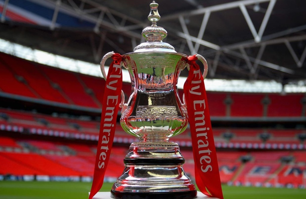 Trofi Piala FA (Twitter/HogarthsPreston)
