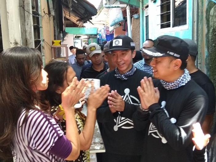 Calon Wali Kota Bogor Bima Arya (kanan) saat berkunjung ke sejumlah warga. Foto: Medcom.id/Rizky Dewantara