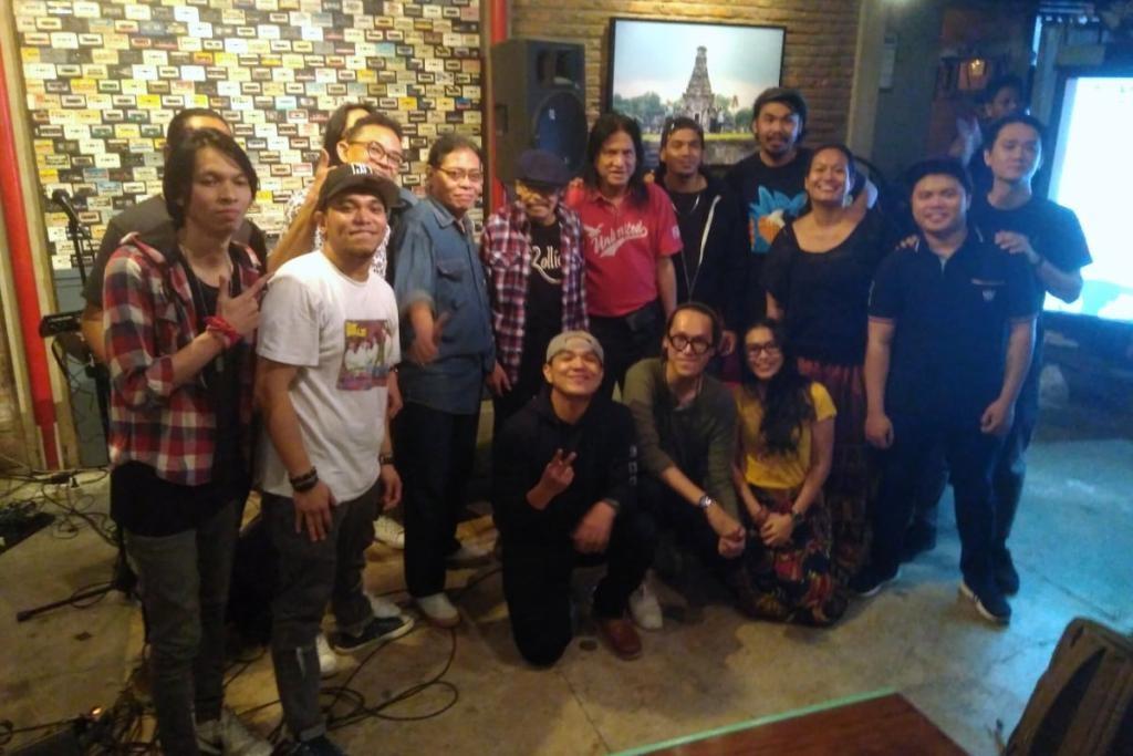 Para personel The Rollies (tiga di tengah) bersama para musisi proyek Salute The Rollies (medcom.id-purba wirastama)