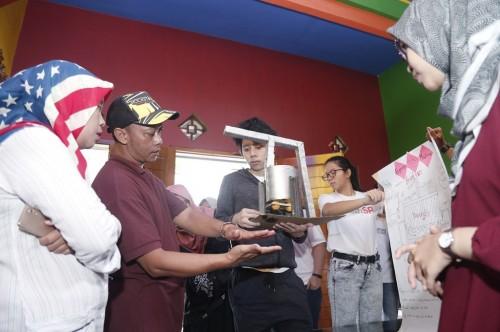 Mahasiswa UMM dan Singapore Polytechnic saat mempresentasikan