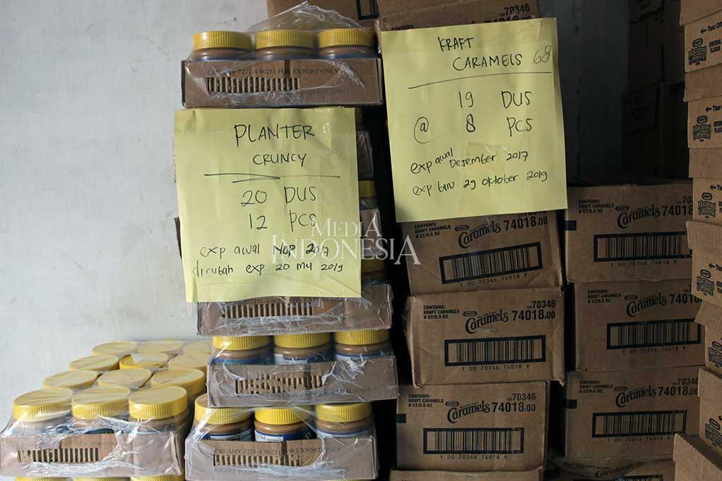 Polisi Gerebek Gudang Makanan Kedaluarsa di Jakbar