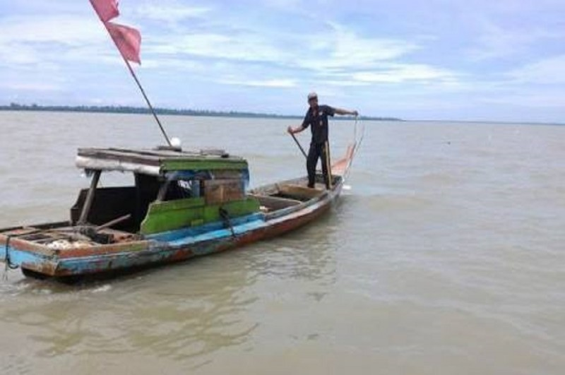 Seorang nelayan di Bangkalan mengarahkan perahu ke laut, Medcom.id - Rahmat