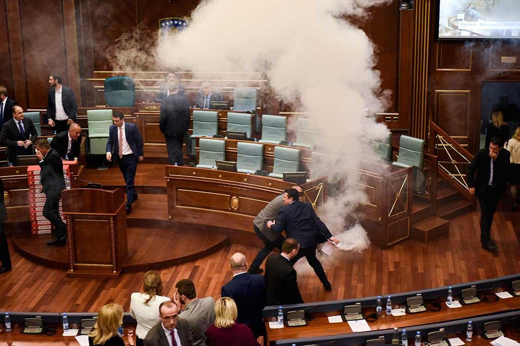 Sidang Parlemen Kosovo Diwarnai Serangan Gas Air Mata