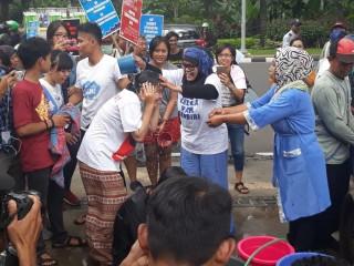 Koalisi Penolak Swastanisasi Air Mandi di Balai Kota Jakarta