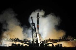 Tiga Astronaut Meluncur ke Luar Angkasa