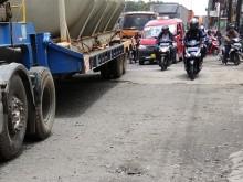 Jalan Raya Bekasi Dibiarkan Rusak