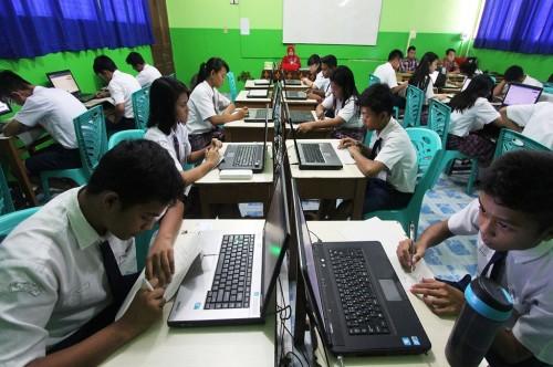 Sejumlah siswa mengikuti UNBK di SMP Santo Tarcisius di Dumai,