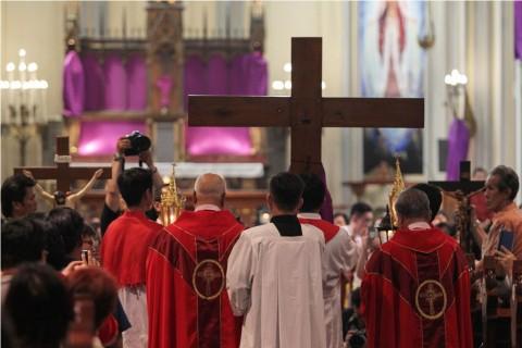 Ribuan Umat Nasrani Peringati Jumat Agung di Gereja Katedral Kristus Raja
