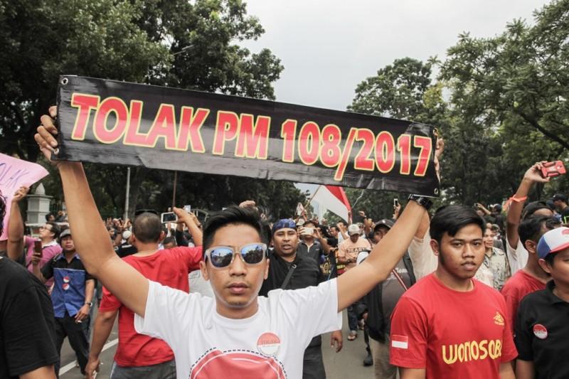Ratusan pengemudi taksi online berunjuk rasa di depan Istana Negara, Jakarta. (Foto: MI/Pius Erlangga)