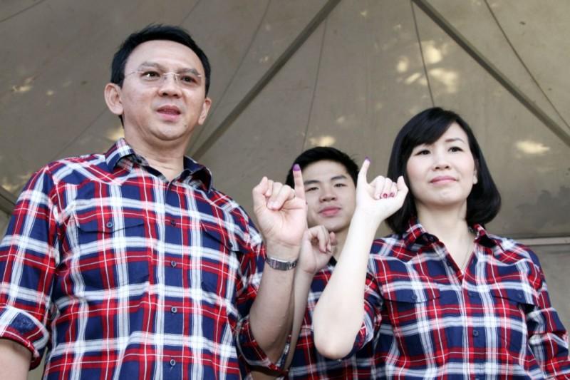 Calon Gubernur DKI Jakarta nomor urut dua Basuki Tjahaja Purnama atau Ahok bersama istri, Veronica Tan (kanan). Foto: MI/Galih Pradipta.