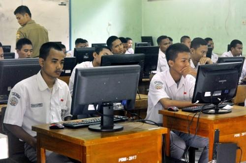 Sejumlah siswa SMKN 2 Serang, Banten, mengikuti UBNK, Senin 2