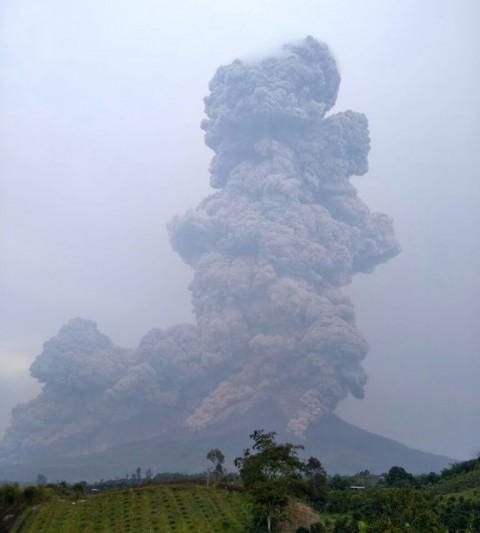 Sinabung Meletus Lagi, Abu Vulkanis mencapai 5 Km