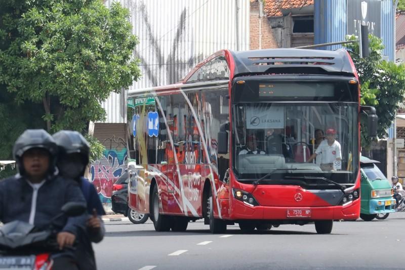 Suroboyo Bus melintas di jalan Tunjungan, Surabaya, Jawa Timur. (ANT/Didik Suhartono)