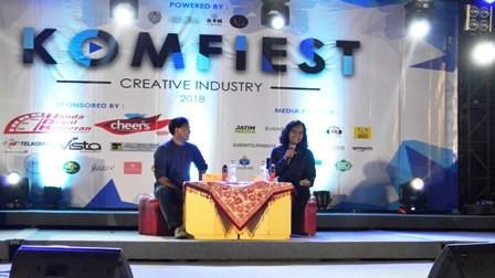 Wregas Bhanuteja membagi pengalamannya membuat film dalam Komfiest UKWMS. Foto: Dok. UKWMS