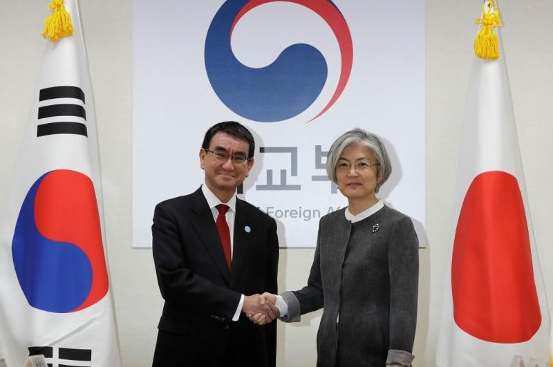 Menlu Jepang Taro Kono (kiri) berjabat.tangan dengan Menlu Korsel Kang Kyung-wha di Seoul, 11 April 2018 (Foto: AFP/POOL/LEE JIN-MAN)