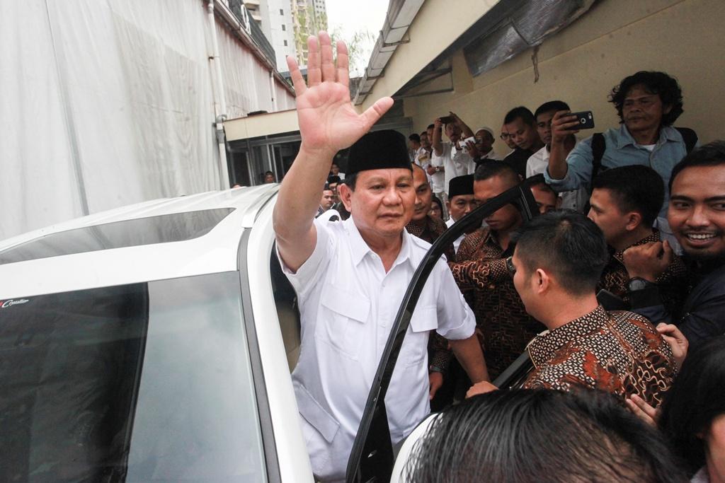 Ketua Umum Partai Gerindra Prabowo Subianto melambaikan tangannya kepada kader Gerindra usai menghadiri acara rakernas bidang advokasi dan hukum DPP Gerindra di Jakarta, Kamis (5/4/2018). Foto: Antara/Muhammad Adimaja