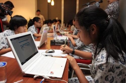 Ilustrasi sejumlah siswa SMA mengikuti simulasi uji coba Ujian