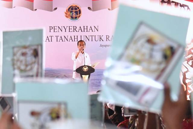 Presiden Joko Widodo dalam acara pembagian sertifikat gratis di Papua. Foto: Biro Media Setpres