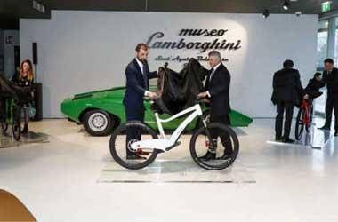 Sepeda listrik menampilkan branding dan livery Lamborghini.