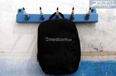 Gantungan pakaian dari busi bekas. Medcom.id/M. Bagus Rachmanto