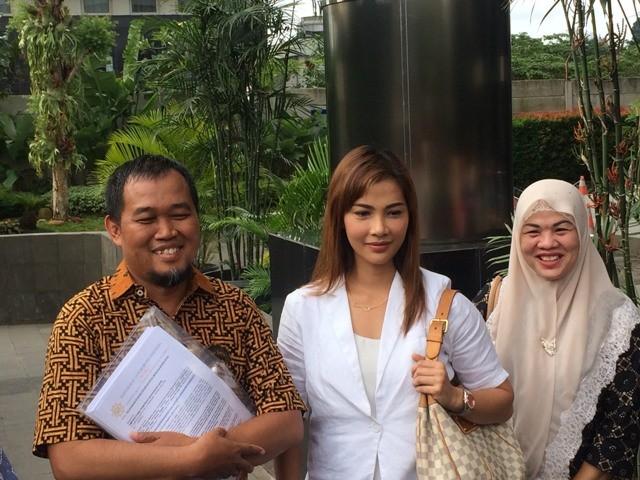 Koordinator MAKI Boyamin Saiman (kiri) bersama Nadya Mulya, keluarga terpidana kasus korupsi Bank Century Budi Mulya (kanan). Foto: Juven Martua Sitompul/Medcom.id