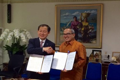 Direktur Utama Metro TV Suryopratomo berjabat tangan dengan