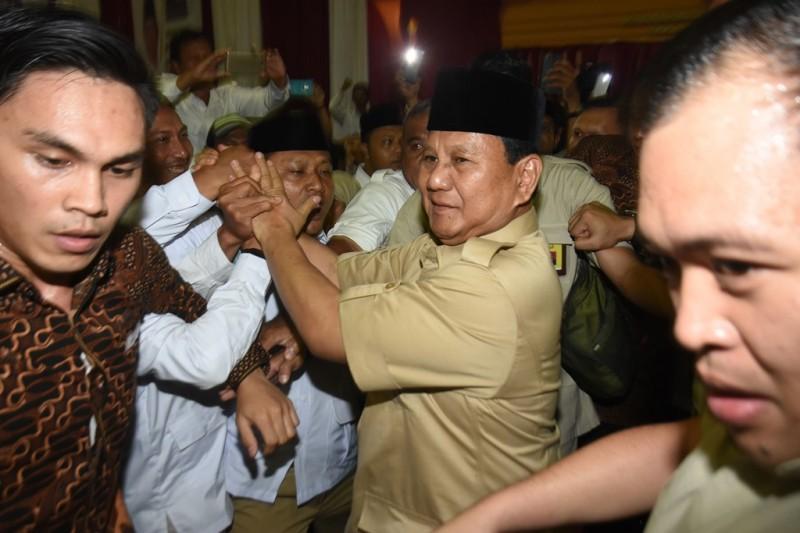 Ketua Umum Partai Gerindra Prabowo Subianto (tengah) menyalami kader dan simpatisan pada acara