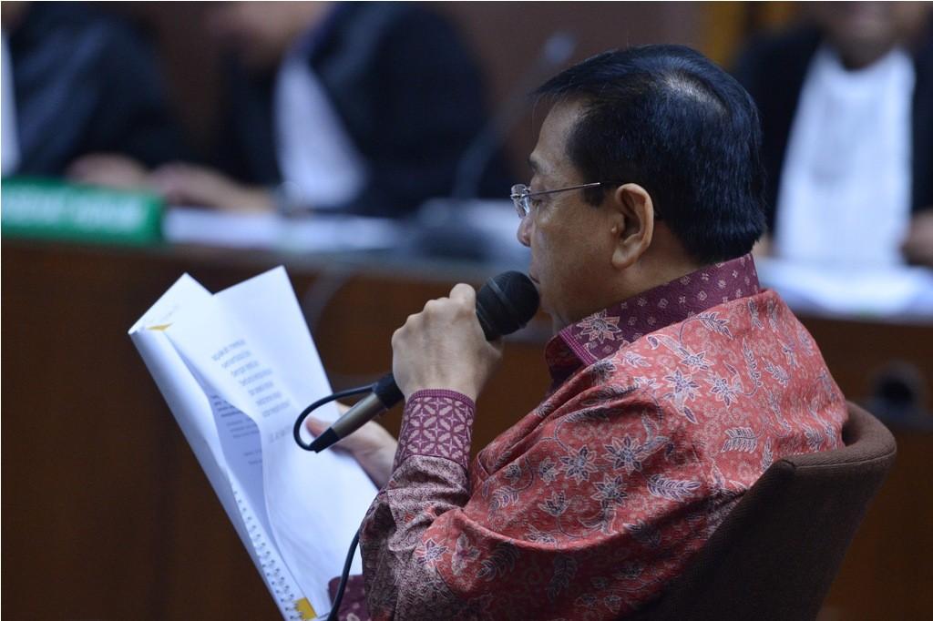 Terdakwa Kasus Korupsi Pengadaan KTP elektronik Setya Novanto mebaca nota pembelaan pada sidang lanjutan di Pengadilan Tipikor, Jakarta, Jumat (13/4) - ANT/Wahyu Putro A.