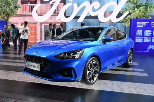 Ford Focus sedan terbaru muncul tanpa tertutup kamuflase. Auto
