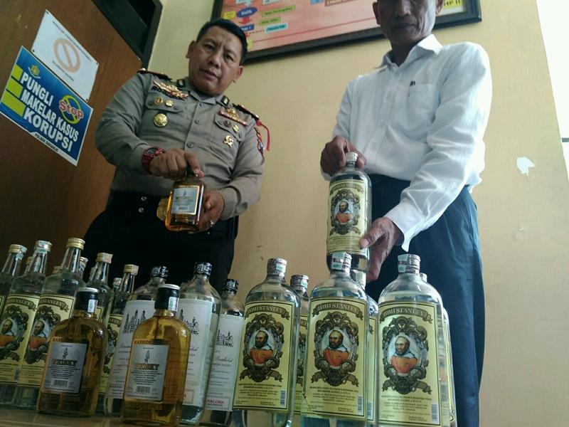 Puluhan botol miras oplosan yang dijual di toko kelontong di Sidoarjo, Jawa Timur. Foto: Medcom.id/Syaikhul Hadi.