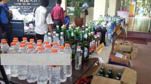 Sejumlah sampel barang bukti miras oplosan serta miras ilegal. Foto: Metrotvnews.com/Ahmad Mustaqim