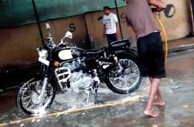 Menjaga kebersihan sepeda motor bikin performa lebih optimal.