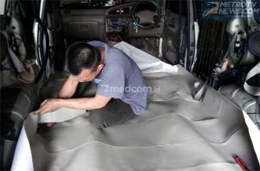 Pasang karpet dasar menjaga kebersihan kabin mobil. Medcom.id/M.