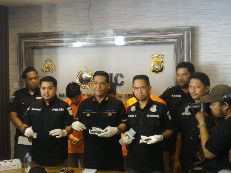 Kabid Humas Polda Metro Jaya Kombes Raden Prabowo Argo Yuwono menunjukkan barang bukti yang disita dari para tersangka pemasok sabu kepada artis RS dan RA. (Foto: Medcom.id/Eko Nordiansyah).