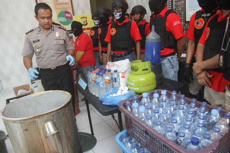 Ilustrasi. Kapolres Aceh Barat AKBP Raden Bobby Aria Prakarsa (kiri) memperlihatkan barang bukti dan pelaku peracik Minuman Keras (Miras) oplosan. (ANT/SYIFA YULINNAS)