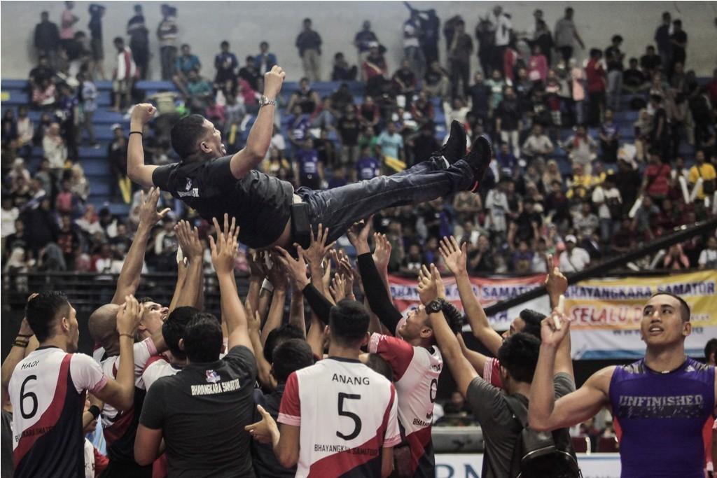 Tim bola voli putra Surabaya Bhayangkara Samator melakukan selebrasi seusai mengalahkan tim Palembang Bank Sumselbabel. (ANTARA FOTO/Andreas Fitri Atmoko)