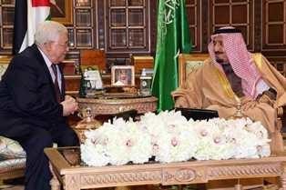 Raja Arab Saudi Salman bin Abdulaziz As-Saud berbincang-bincang