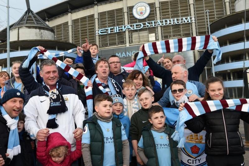 Para suporter Manchester City merayakan kesuksesan timnya di ajang Liga Primer Inggris 2017--2018. (AFP PHOTO / Paul ELLIS)