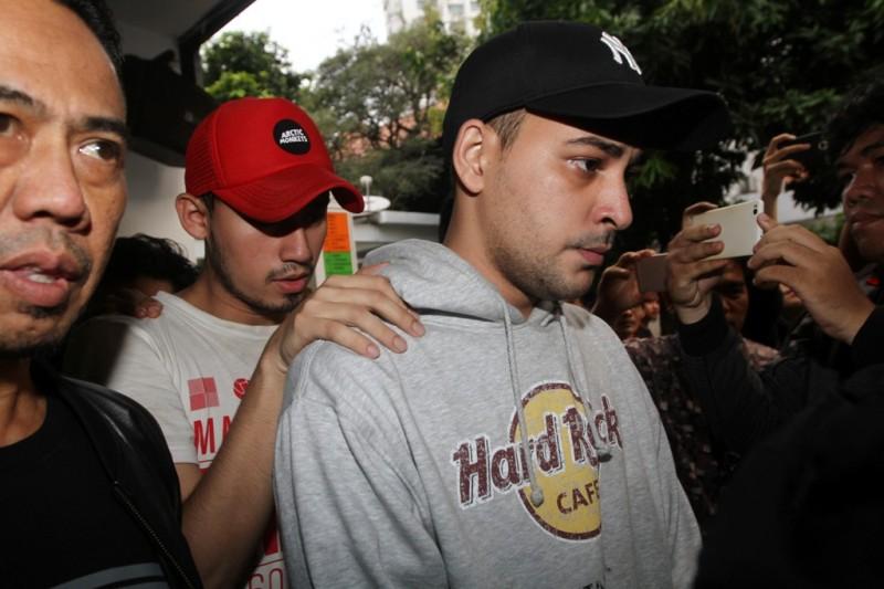 Artis peran Riza Shahab (kanan) dan Reza Alatas (tengah) menjalani pemeriksaan di Direktorat Narkoba, Polda Metro Jaya, Jakarta, Jumat (13/4). ANT/Reno Esnir.