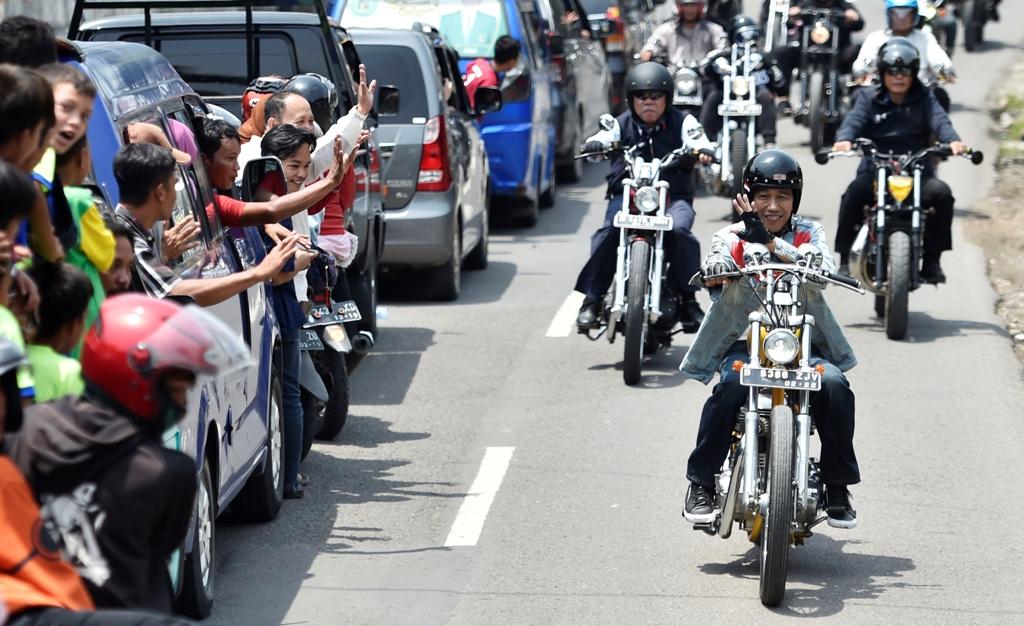 Presiden Joko Widodo mengendarai motor chopper saat berkunjung di Sukabumi. ANT/Puspa Perwitasari.