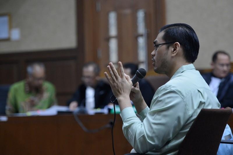 Kepala IGD RS Permata Hijau Michael Chia Cahaya memberikan keterangan ketika dihadirkan sebagai saksi untuk terdakwa kasus merintangi penyidikan kasus KTP elektronik Bimanesh Sutarjo di Pengadilan Tipikor, Jakarta, Jumat (23/3/2018). Foto: Antara/Wahtu Pu